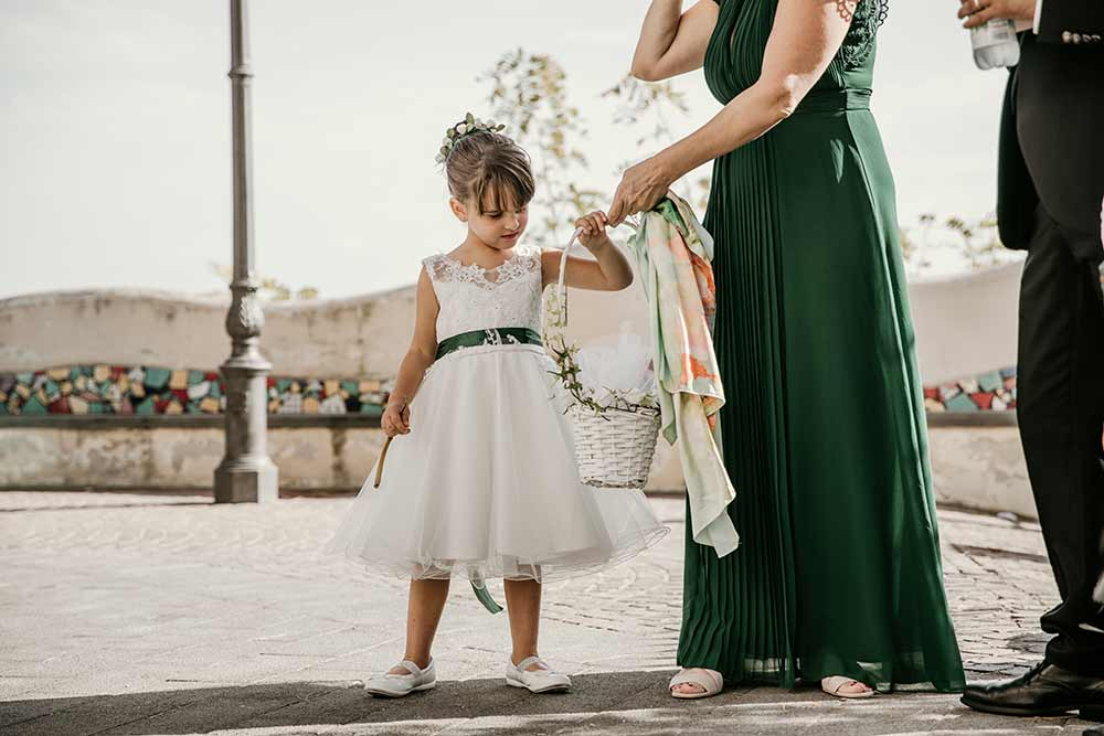 damigella regge i fiori della sposa