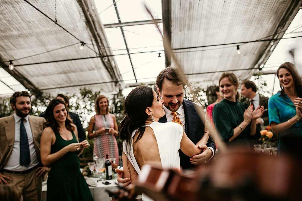 sposi ballano alla festa del matrimonio