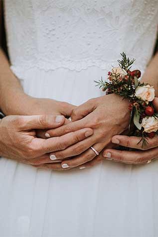 sposi con accessori per il matrimonio