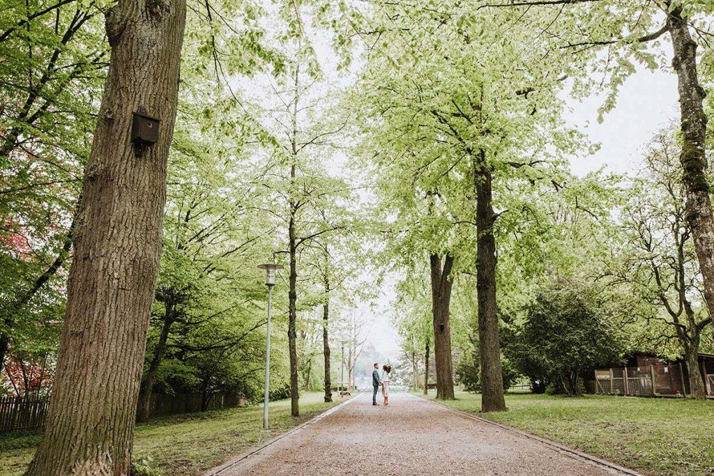 coppia al parco dopo il matrimonio