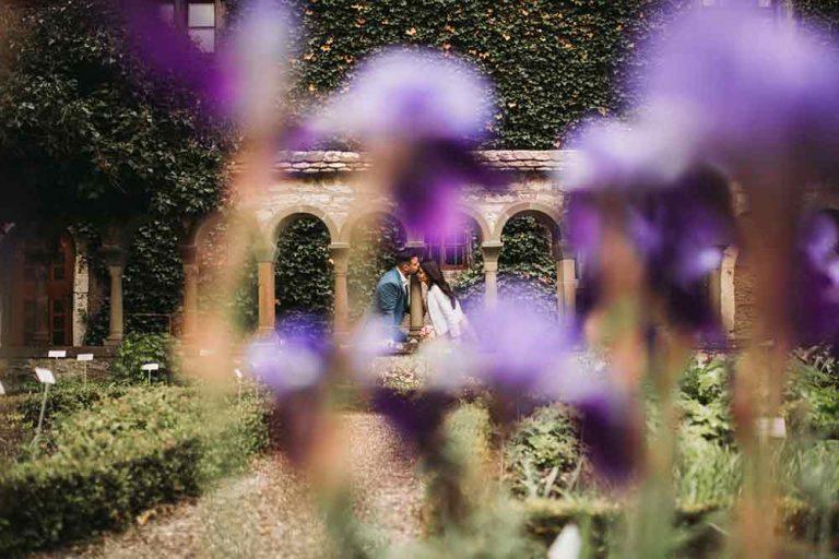 fotografo sposi in villa con fiori