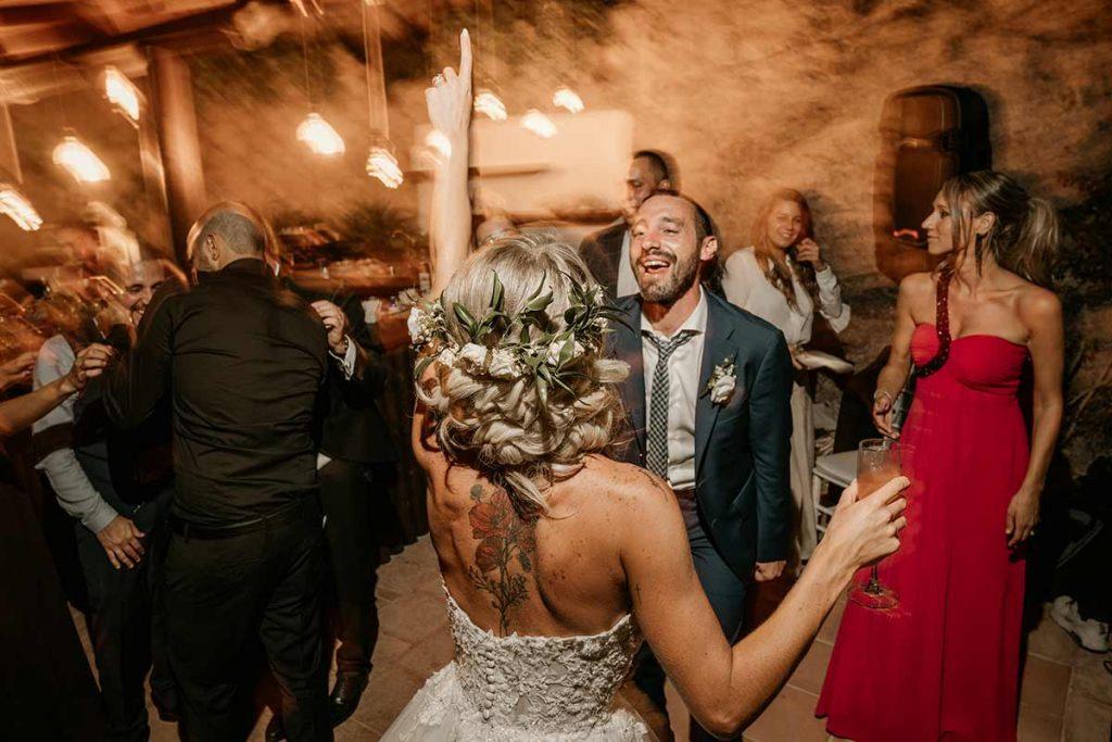sposa balla con invitati