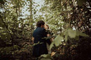sposi si fanno fotografare tra gli alberi