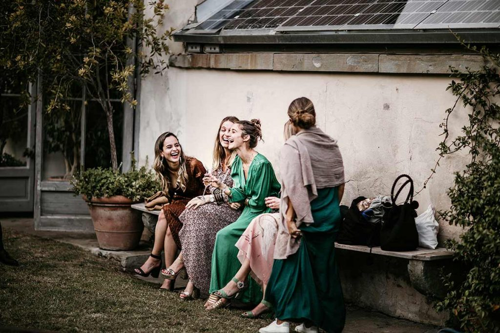 invitati ridono durante la festa del matrimonio