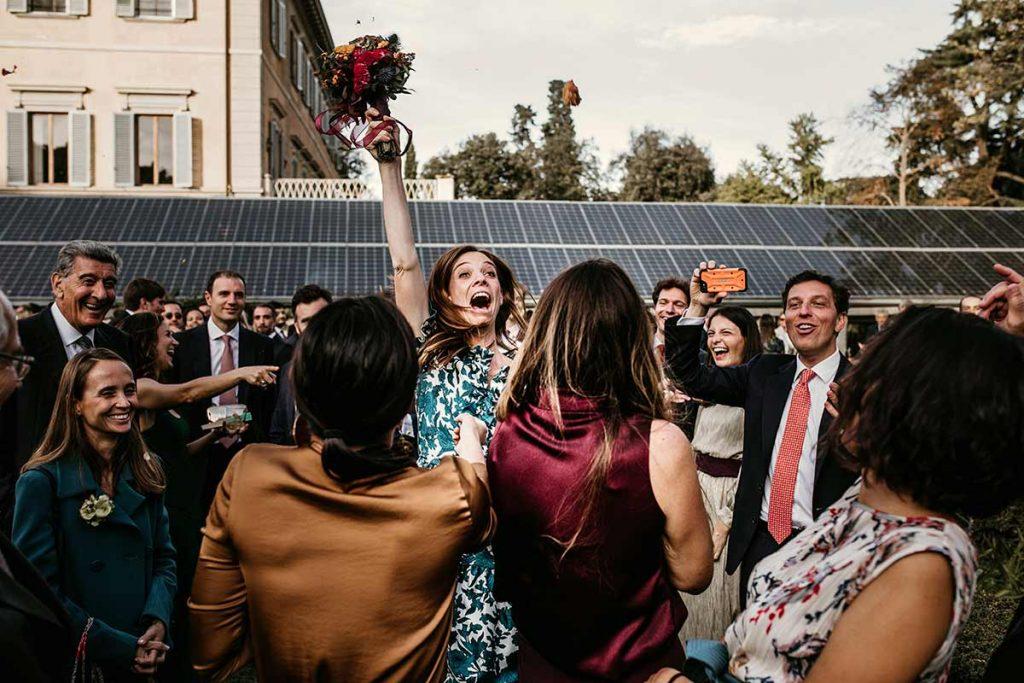 invitata prende il bouquet lanciato dalla sposa