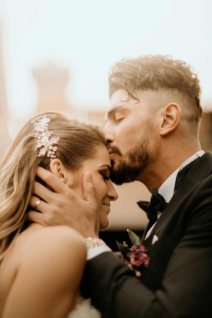 primo bacio degli sposi durante la cerimonia