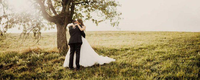 fotografo con coppia di sposi al tramonto