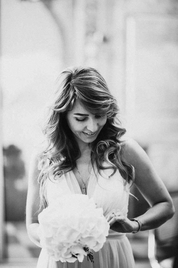sposa con fede nuziale