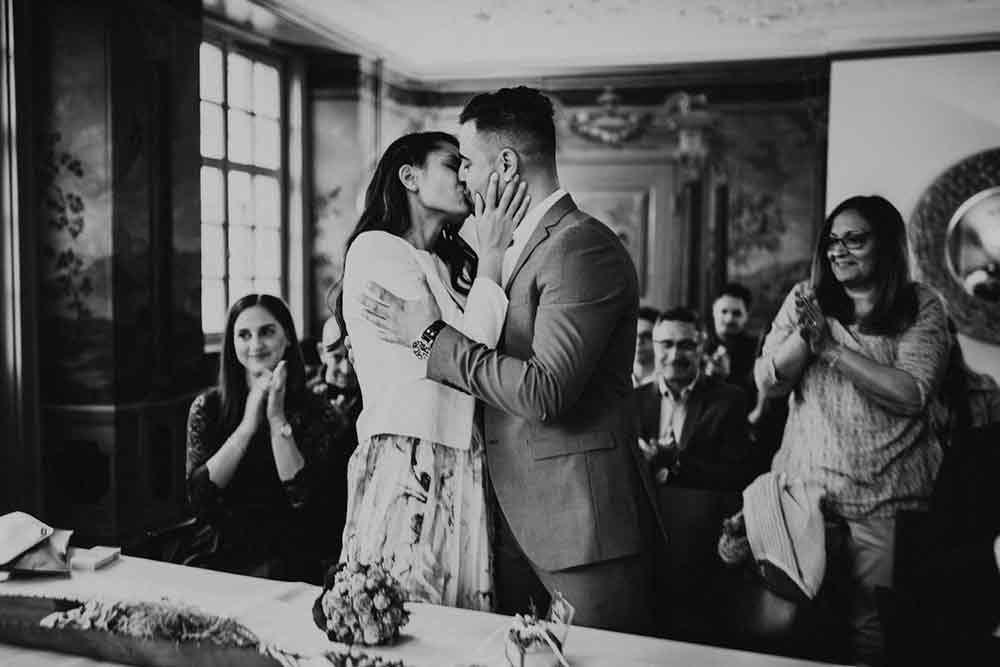 bacio degli sposi per il fotografo