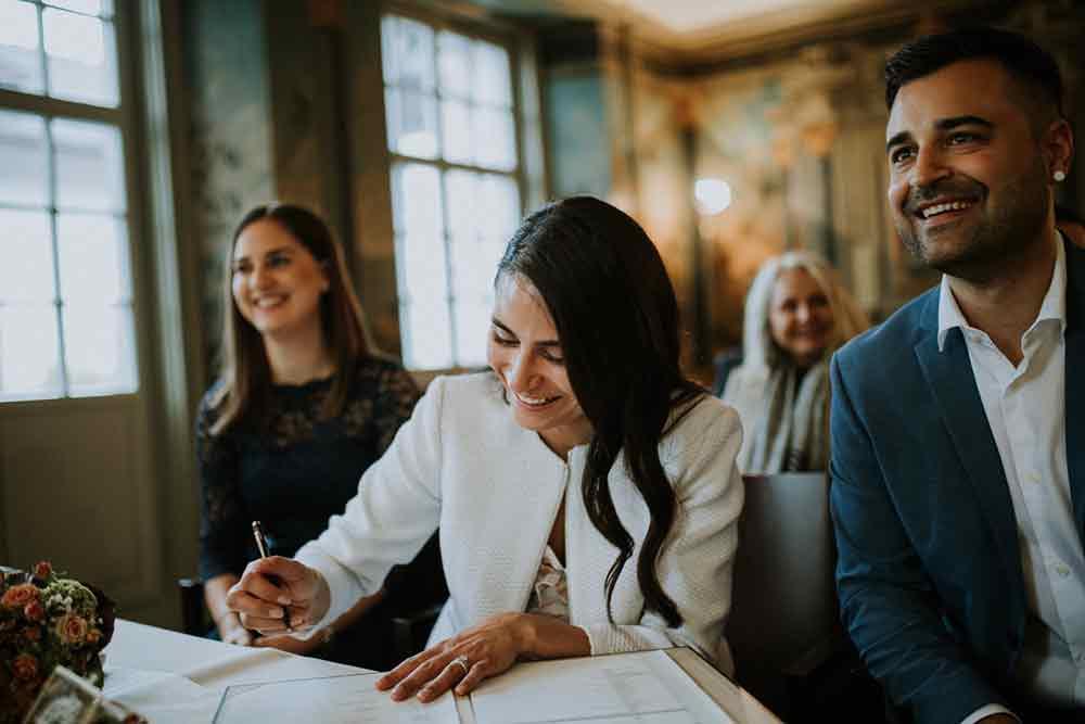 sposa firma documenti matrimonio