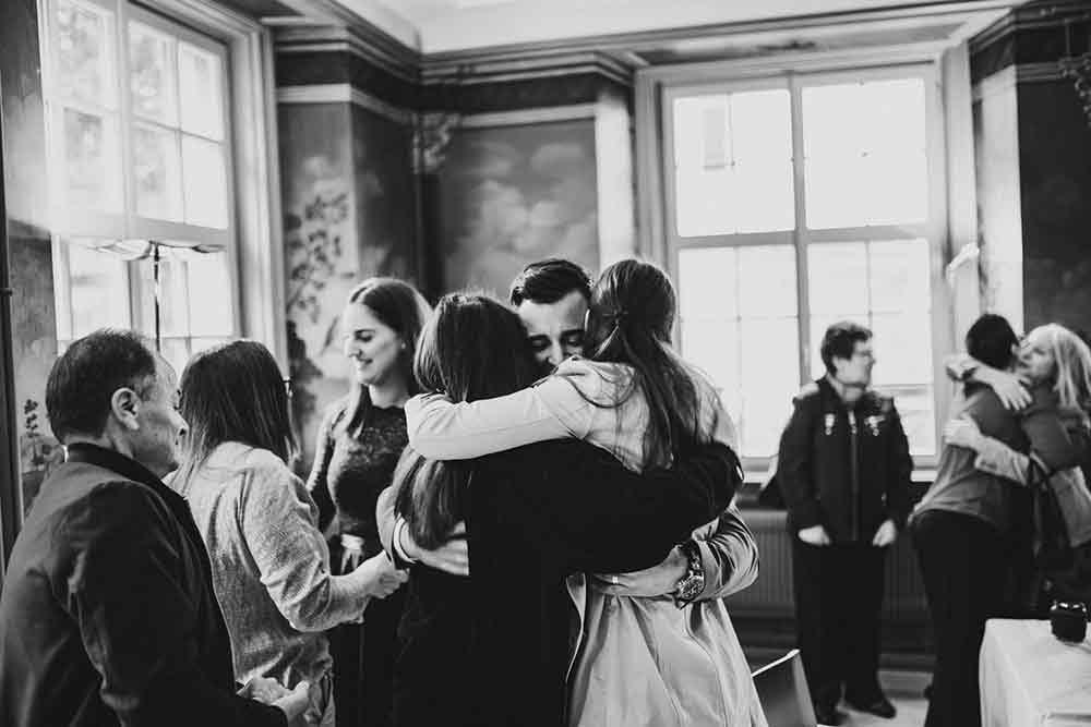 abbracci dopo rito civile