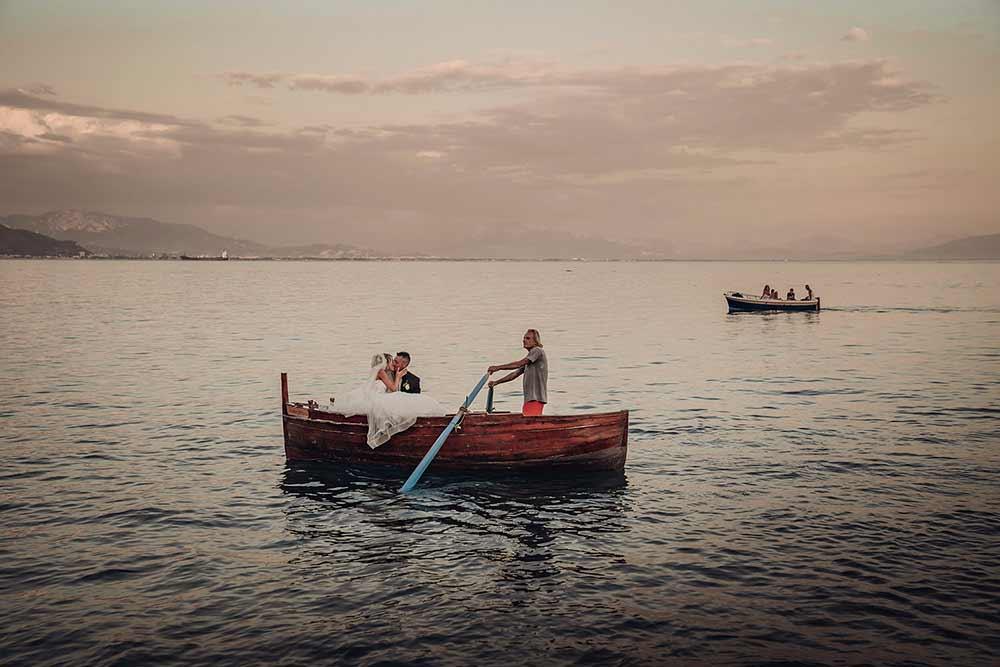 sposi si baciano sulla barca in costiera amalfitana